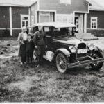 Tyyne, Pauli ja Vilho Pentikäinen tekivät lomamatkan Pohjois-Suomeen kesällä 1933, vähän ennen kuin Vilho jätti perheensä ja pakeni Venäjälle kuvassa näkyvällä Whippet-autolla.