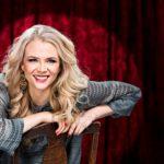 Susanna Laine laulaa ja näyttelee UIT:n Sata lasissa -revyyssä, jonka näytökset alkavat 13. toukokuuta Linnanmäen Peacock-teatterissa.