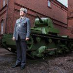 """""""Valmiudellinen näkökulma on korostunut armeijassa uudelleen, mikä heijastuu myös sotilaspappien identiteettiin"""", sanoo kenttäpiispa Pekka Särkiö. Hänet kuvattiin Sotamuseon pihalla Helsingin Kruununhaassa."""