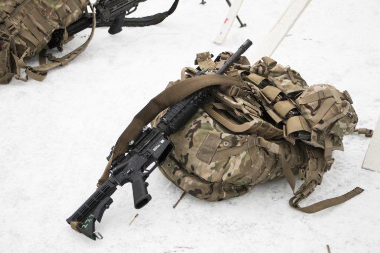Sotilaan reppu ja ase.