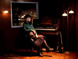 Aija Puurtinen on Honey B & The T-Bones -yhtyeen laulaja-basisti, laulupedagogi ja musiikin tohtori, joka on viime vuosina perehtynyt vanhoihin siirtolaislauluihin Rytmiraide Allstars -kokoonpanon parissa.