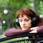 Surullinen musiikki luo ristiriitaa kuuntelijassa.