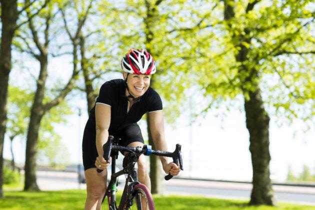 Baba Lybeck ajaa pyörällä.