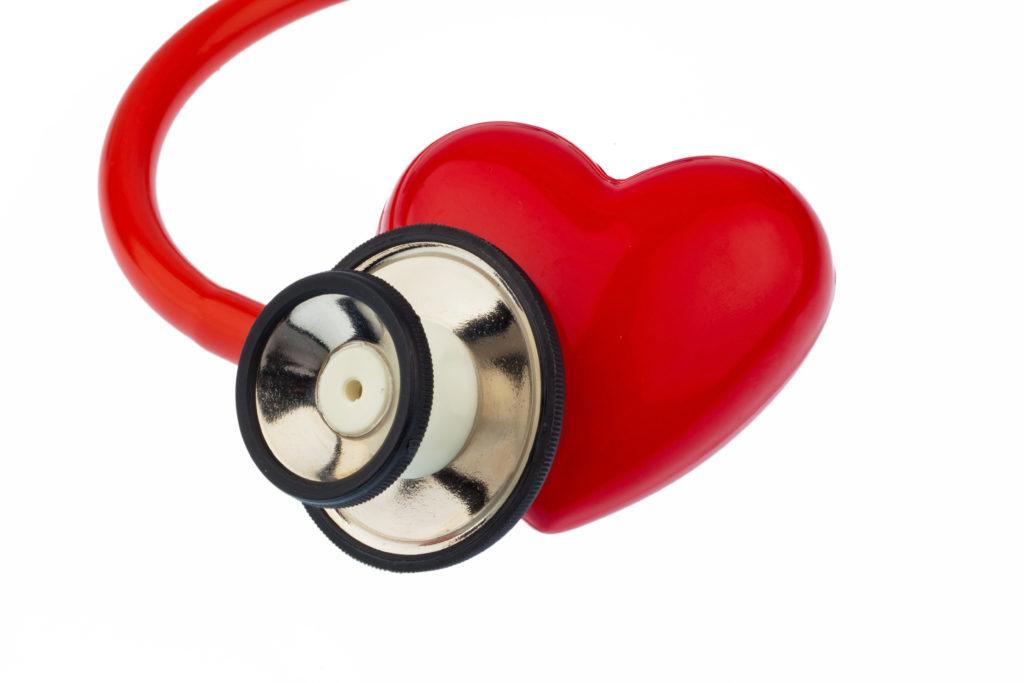 Stetoskooppi kuuntelee sydäntä