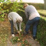 Välittämö 100 -palvelun kautta voi lahjoittaa omaishoitajille muun muassa apua puutarhanhoitoon.