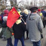 Punalippu liehui Venäjän malliin järjestetyssä Helsingin voitonpäivän kulkueessa.