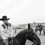 Lännensarjan Virginialainen nimiosan näyttelijä, yhdysvaltalainen James Drury istui viskipäissään hevosen selässä Keimolassa juhannuksena 1971.