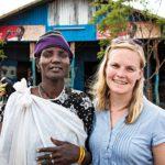 Annette Gothóni poimi kyytiinsä Kiir-nimisen naisen, joka oli vähällä joutua raiskatuksi matkalla kenialaiselta Kakuman pakolaisleiriltä kaupunkiin.