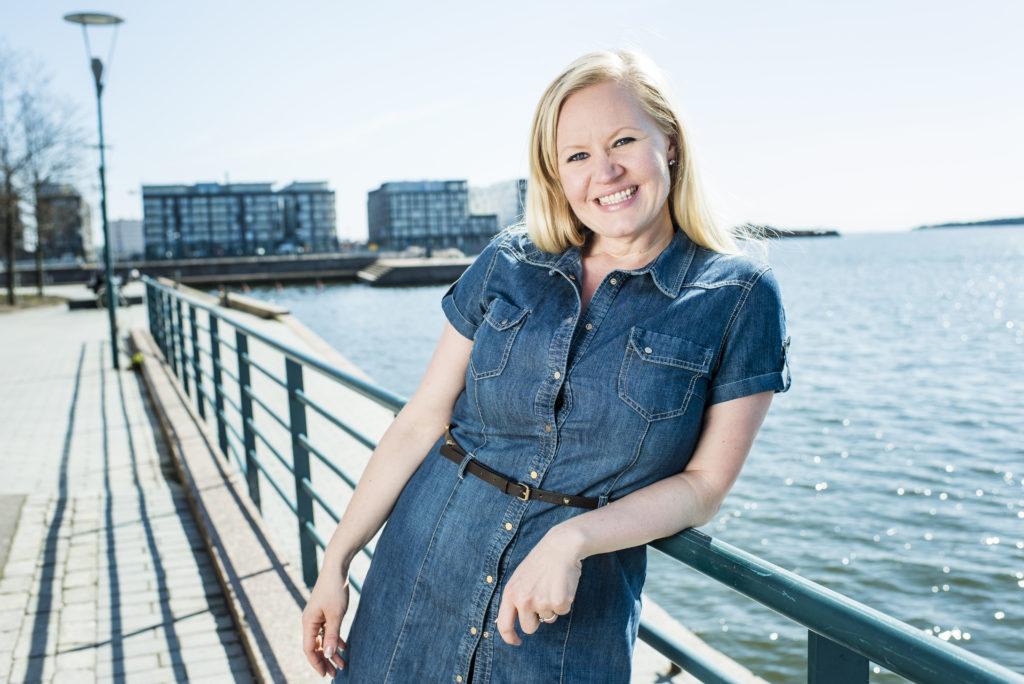 Kehityspäällikkö, koomikko, kirjoittaja Lotta Backlund.