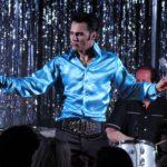 Aron harmittelee, miksi niin moni Elvis-imitaattori tyytyy esittämään 70-luvun Las Vegas -Elvistä valkoisessa haalarissa. Nuoren Elviksen habitukseen vaaditaan muutakin kuin pilailukaupan perukki ja aurinkolasit.
