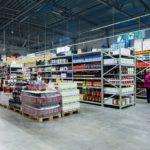 Tällaisten viinavuorien ja hintojen äärellä suomalaisasiakkaat ovat jo purskahdelleet itkuun Latvian virolais-myymälöissä.