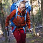KÄVELYSAUVAT - Ei ole hullumpi idea ottaa sauvakävelysauvoja metsään. Niistä saa tukea ala- ja ylämäissä. Niiden käyttö estää käsivarsia puutumasta rinkan painosta.