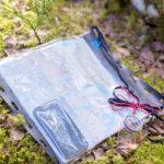 KARTTA - Kartta on tärkeimpiä turvallisuuden takeita metsässä. Se kannattaa suojata sateelta. Samaan kuoreen saa tarvittaessa myös kännykän.