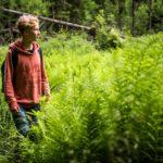 Kansallispuistokummi Valtteri Mönkö on kuin kotonaan Liesjärven vehreissä metsämaisemissa.