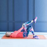 KESKIVARTALO- Asetu jalat koukussa selin lattialle hyvään ryhtiin. Puhalla ulos samalla jännittäen keskivartalon lihaksia. Anna vastakkaisen jalan ja käden painua toisiaan vasten.