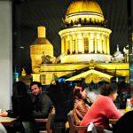 Trendikkäästä Mansard-ravintolasta avautuu näkymä Iisakin kirkolle.