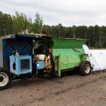 Tällaisella koneella biojäte silputaan ja pakataan muovituubeihin kompostoitumaan.