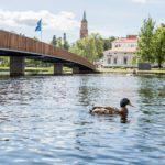 Torilta voi piipahtaa kävelysiltaa pitkin Puistokadulle. Taustalla Savonlinnan Tuomiokirkko, jonka tornissa syttyi salamaniskusta pieni tulipalo viime toukokuussa.