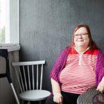 Leila Kettinen tarvitsee rollaattoria apunaan liikkumisessa, minkä takia hän viettää paljon aikaa kotona. Käsityöt, kuten virkkaaminen ja askartelu, kuuluvat hänen rakkaimpiin harrastuksiinsa.