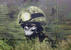 Seinämaalaus hylätyssä kylmän sodan aikaisessa sotilastukikohdassa Berliinin Teufelsbergissa.