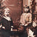 Mathilda Gyldén veljensä Axelin ja pikkusiskonsa Evan kanssa. Axelista tuli arkkitehti, Evasta kameetaiteilija. ©GYLDÉNIEN KOTIARKISTO