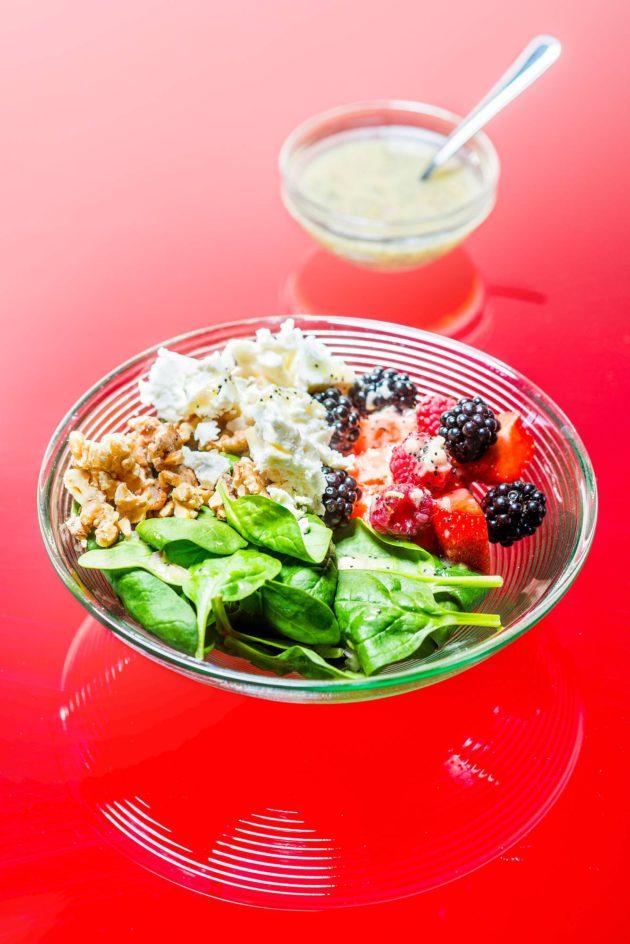 Marja-pinaatti-salaatti