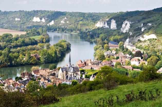 Seine-joki virtaa laaksossa.