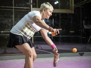 Padel: Nainen pelaamassa padelia