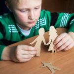 Lasten oma äiti tai isä vaikuttaa siihen, miten lapsi uskaltaa kiintyä aikuisiin uusperheeseen.