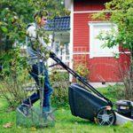 Taneli Koukoselle riitti vielä syyskuussa ruohonleikkuuta kotikylänsä Vuolenkosken nuorten työpalvelun palkkalistoilla. ©LAURI ROTKO/OTAVAMEDIA
