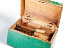 Toppasokerin hienontamiseen tarkoitettu laite. Reiällisen välipohjan kautta hieno sokeri varisi alla olevaan laatikkoon.