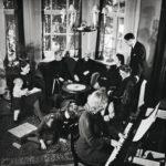 Perhekuva presidenttiparin Kulosaaren kodista 1930-luvulta. Keskellä sohvalla Kaarlo Juho ja Ester Ståhlberg vierellään vasemmalla Kyllikki Kovero. Pianon ääressä istuu Esterin Lea-tyttären tytär Maimu, hänen vieressään Aune Ståhlberg sekä Juho Ståhlberg rouvineen.