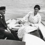 Tuore aviopari K. J. ja Ester Ståhlberg purjehtimassa Kultarannassa 1920. Esterin varaukseton onni oli lyhytaikainen, sillä vaikeudet presidentin lasten kanssa alkoivat jo ensimmäisenä kesänä.