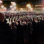 Presidentti Urho Kekkosen paluuta Novosibirskistä odottivat Helsingin rautatieaseman itäisellä aukiolla sotilassoittokunnan lisäksi tiiviit kansanjoukot.