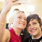 Svenska Ylen tuottaja Isa Mårtenson (vas.) ja kansanedustaja Silvia Modig iloisissa selfie-tunnelmissa Linnassa vuonna 2014.