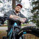 Toisin kuin ennen, nykyään Timo Kuosmanen himmailee pyöräillessä alamäissä. Lapset tuovat elämään riittävästi vauhtia.