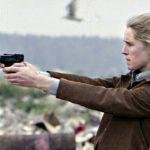 Raiskaajaansa jäljittävä Eva (Anna Godenius) hankkii myös pistoolin.