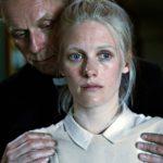 Eero Aho ja Laura Birn näyttelevät moraaliseen ristiriittaan ajautuvaa avioparia.
