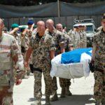 Ensimmäisen Afganistanissa kaatuneen suomalaissotilaan, kersantti Petri Immosen siniristilippuun verhottu ruumisarkku tuotiin kotimaahan juhlallisin menoin.
