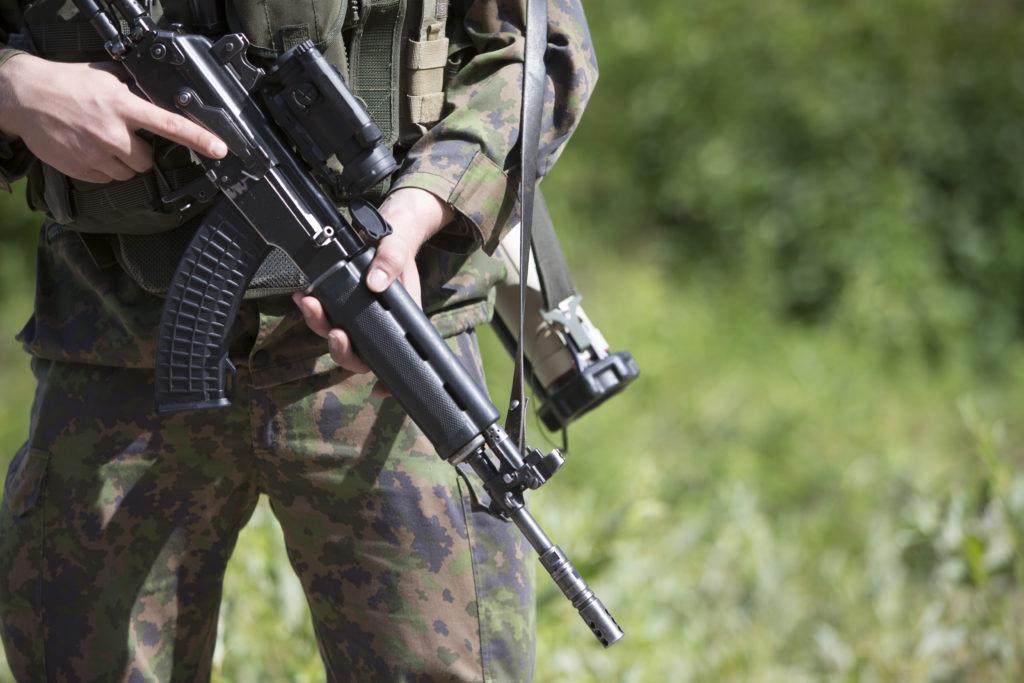 Vuosittain armeijan käy noin 25000 miestä ja noin 30–55 kieltäytyy suorittamasta sekä varusmies- että siviilipalvelusta.