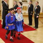 Inarin Lemmenjoelta ensi kertaa Presidentinlinnaan saapuneet Heikki ja Kaija Paltto juhlivat pohjoissaamelaisissa puvuissa.