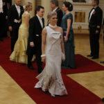 Kansanedustaja Susanna Kosken puku oli poronnahkaa ja koruissa oli minkkiä.