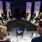 14.12.2017 pidetyssä Ylen järjestämässä presidenttiehdokkaiden vaalitentissä. Paavo Väyrynen jakoi omia Suomen linja 2017 -kirjojaan muille ehdokkaille.