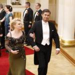 Näyttelijäpariskunta Elina Knihtilä ja Tommi Korpela saapuivat Linnan juhliin tyytyväisinä.