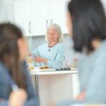 Uusperheen isovanhemmuus on toisenlaista kuin ydinperheen isovanhemmuus.