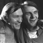 Kouluaikaiset kaverit Olli (Matti Viironen) ja  Kari (Juhani Niemelä) kohtaavat kuunnelmassa.