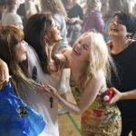 Jennyllä (Sara Soulié), Tarulla (Misa Lommi), Jessicalla (Ida Vakkuri) ja Ainolla (Bahar Tokat) on vauhti päällä.