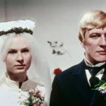 Akselin (Aarno Sulkanen) ja Elinan (Titta Karakorpi) hääseremonia on alkamassa.