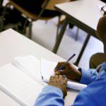Maahanmuuttajien kouluttaminen on vaativaa ohjaus- ja opetustyötä. Opettajien nollatuntisopimukset ja opetusresurssien pienentäminen vaarantavat kuitenkin sovittuja tavotteita.
