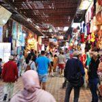 Marrakeshin medinan kauppakujilla hinnat ropisevat reippaasti alaspäin tinkimällä, mutta aikaa kuluu.